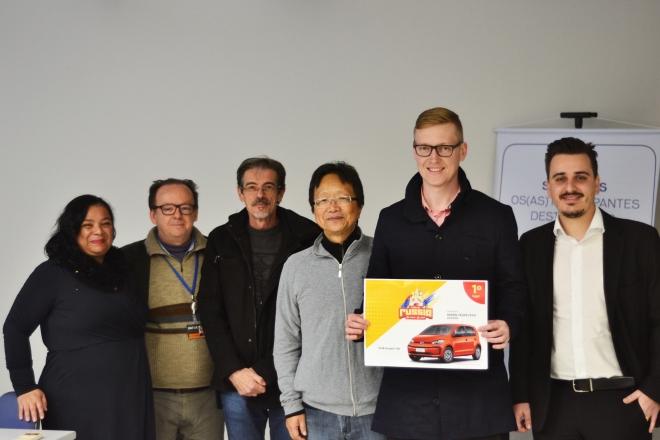 Rafael (com o cartaz) recebe o prêmio
